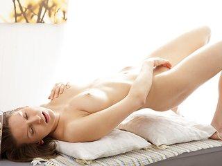 Artistic porn video shows a hottie..
